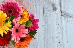 Букет цветков на деревянной предпосылке Стоковое Изображение RF