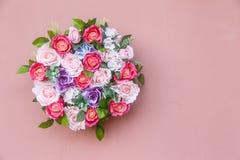 Букет цветков на розовой стене Стоковая Фотография RF