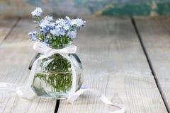 Букет цветков незабудки в стеклянной вазе Стоковое фото RF