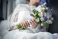 Букет цветков от astromelia белых и сирени Стоковые Изображения