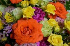 Букет цветков роз близкий вверх и желтые и оранжевые розы закрывают вверх стоковые изображения rf