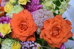Букет цветков роз близкий вверх и желтые и оранжевые розы закрывают вверх стоковое изображение