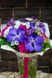 Букет цветков с гвоздикой и голубыми орхидеями Стоковые Фото