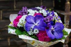 Букет цветков с гвоздикой и голубыми орхидеями Стоковые Изображения