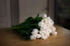 Букет цветков тюльпанов лежит на таблице дерева Стоковое Изображение RF