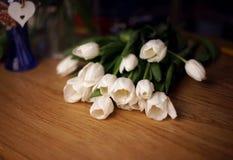 Букет цветков тюльпанов лежит на таблице дерева Стоковое Фото