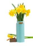 Букет цветков daffodils в голубой вазе стоковая фотография