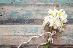 Букет цветков daffodils на деревянной предпосылке Стоковые Фото