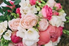Букет цветков Букет ` s невесты руки groom невесты букета bridal Floristics кольца предпосылки яркие wedding белизна Стоковое Изображение