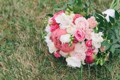 Букет цветков Букет ` s невесты руки groom невесты букета bridal Floristics Стоковые Фотографии RF
