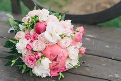 Букет цветков Букет ` s невесты руки groom невесты букета bridal Floristics Стоковые Изображения RF