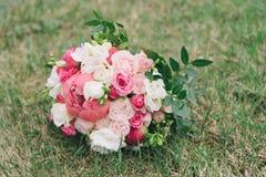 Букет цветков Букет ` s невесты руки groom невесты букета bridal Floristics Стоковые Изображения