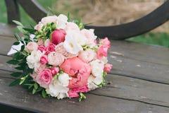 Букет цветков Букет ` s невесты руки groom невесты букета bridal Floristics Стоковое Фото