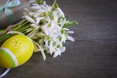 Букет цветков snowdrops с пасхальными яйцами Стоковые Изображения RF