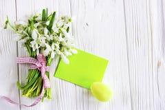 Букет цветков snowdrops с пасхальными яйцами Стоковая Фотография RF