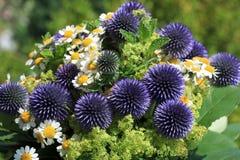 Букет чудесного свежего лета цветет с маргаритками и Thistles Стоковое фото RF