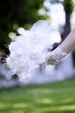 Букет шнурка владением невесты розовый ее рука Стоковое Изображение