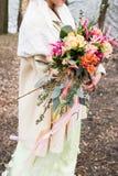 Букет яркой свадьбы деревенский в руке невесты стоковое фото