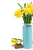 Букет daffodils в голубой вазе стоковые фото