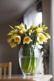 Букет daffodils на выдержанном деревянном столе Стоковые Фото