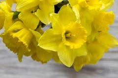 Букет daffodils на деревянной предпосылке на деревянной предпосылке Стоковое Фото