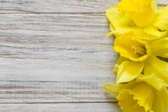 Букет daffodils на деревянной предпосылке на правильной позиции Стоковые Фотографии RF