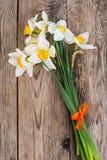 Букет daffodils на деревянной предпосылке Стоковое Изображение