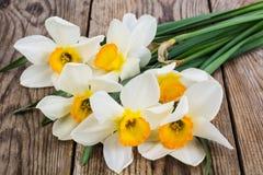 Букет daffodils на деревянной предпосылке Стоковое Изображение RF