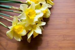 Букет daffodils на деревянном столе Стоковая Фотография RF