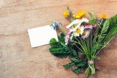 Букет Wildflowers с карточкой для текста Стоковая Фотография RF