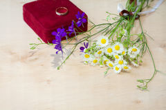 Букет wildflowers с подарочной коробкой Стоковое Изображение