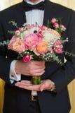 Букет Wwedding в руке groom Стоковые Изображения