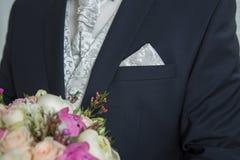 Букет Wwedding в руке groom Стоковая Фотография