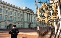 Букингемский дворец и полицейский на обязанности, Англия Великобритания стоковые изображения rf