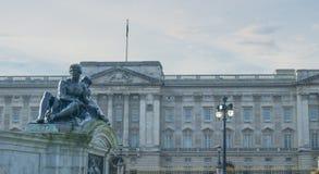 Букингемский дворец и статуя Стоковое Изображение