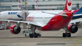 Буксировать аэробуса A330 самолета видеоматериал