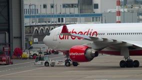 Буксировать аэробуса A330 самолета акции видеоматериалы