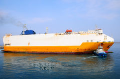 Буксир буксируя корабль Стоковое фото RF