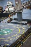 Буксир и корабль с зоной вертодрома Стоковая Фотография