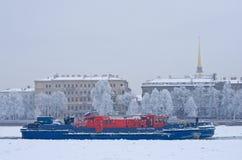 буксир Лед-класса на реке Neva в Санкт-Петербурге, России Стоковая Фотография RF
