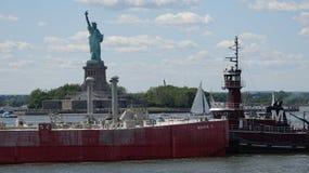 Буксир нажимая корабль в гавани Стоковая Фотография RF