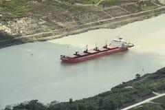 Буксир помогая несущей топливозаправщика в Панамский Канал Стоковые Фото