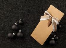 Буклет с игрушкой рождественской елки на песке Стоковая Фотография RF