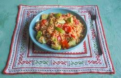 Булгур с овощами на плите смогл расстегай еды домодельный стоковые изображения