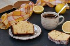 Булочка лимона аранжированная на плите против темной предпосылки с чашкой кофе на заднем плане стоковые фотографии rf