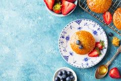 Булочка, пирожное с взгляд сверху ягод скопируйте космос Стоковые Изображения