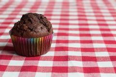 Булочка шоколада на красной и белой скатерти Стоковое фото RF