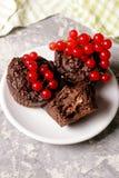 булочка шоколада с красной смородиной на белизне Здоровый десерт Стоковое Изображение