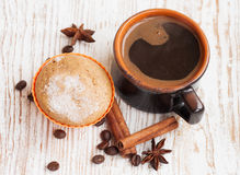 Булочка шоколада с чашкой кофе Стоковые Изображения RF