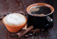 Булочка шоколада с чашкой кофе Стоковое Фото